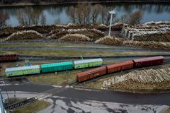 Voitures ferroviaires dans l'usine Levé aérien photos stock
