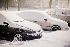 Voitures garées couvertes de couche épaisse de chute de neige importante en décembre images libres de droits