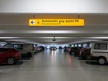 Voitures garées dans le garage à l'aéroport international Images libres de droits