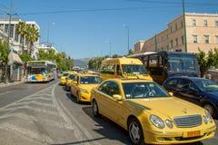 Voitures jaunes de taxi à Athènes Images stock