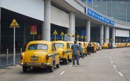 Voitures jaunes de taxi d'ambassadeur attendant le passager dans Kolkata Photos libres de droits