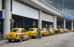 Voitures jaunes de taxi d'ambassadeur attendant le passager dans Kolkata Photographie stock
