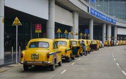 Voitures jaunes de taxi d'ambassadeur attendant le passager dans Kolkata Images stock