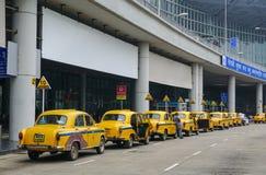 Voitures jaunes de taxi d'ambassadeur attendant le passager dans Kolkata Photographie stock libre de droits