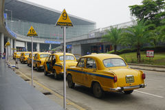 Voitures jaunes de taxi d'ambassadeur attendant le passager dans Kolkata Photo stock