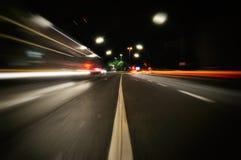 Voitures légères rapides de milieu de rue du trafic de danger photo stock