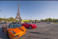 Voitures luxueuses près de Tour Eiffel Photo stock