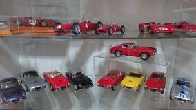 Voitures modèles de Ferrari sur l'affichage - voitures de course et de route de l'histoire italienne de producteur de voiture Image stock