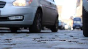 Voitures moulues de rue de pavé rond de vue banque de vidéos