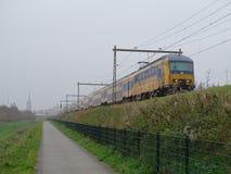 Voitures néerlandaises du train 10 dans la perspective image stock