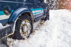 Voitures outre de la route avec des chaînes en difficulté dans la neige photos libres de droits