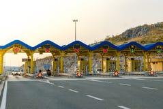 Voitures passant par la porte de péage sur l'autoroute images stock