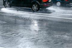 Voitures passant par la route d'inondation photo libre de droits