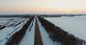 Voitures passant par la route goudronnée d'hiver Silhouette d'homme se recroquevillant d'affaires clips vidéos