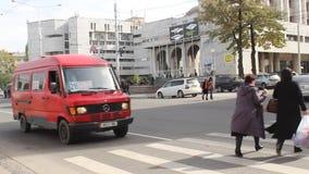 Voitures passant un crossway piétonnier à Bichkek banque de vidéos