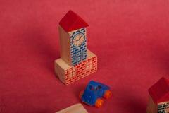 Voitures plastique et jouet en bois de jouet Images libres de droits