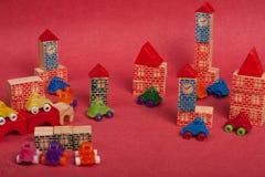 Voitures plastique et jouet en bois de jouet Photos stock