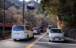 Voitures s'arrêtant sur la rue principale à Nikko, Japon Photos libres de droits