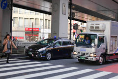 Voitures s'arrêtant sur la rue à Tokyo, Japon Image libre de droits