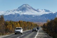 Voitures sur la route au volcan d'Avacha sur le Kamtchatka Russie Image libre de droits