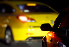 Voitures sur la route dans l'obscurité Images libres de droits