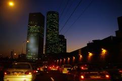 Voitures sur la route dans une ville pendant la baisse Photos stock