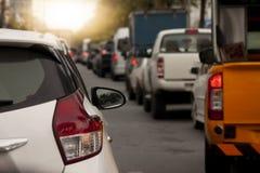 Voitures sur la route par l'embouteillage Image libre de droits