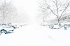 Voitures sur la rue tout couverte dans la neige Image stock