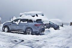 Voitures sur le stationnement dans la neige Image stock