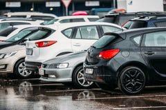 Voitures sur un parking à Moscou, Russie Photographie stock libre de droits