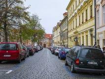 Voitures sur un stationnement à Prague image stock