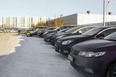 voitures sur un stationnement de voiture à Moscou photographie stock
