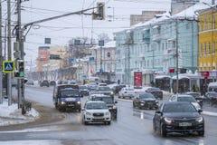 Voitures sur une rue à un centre de Riazan photographie stock libre de droits