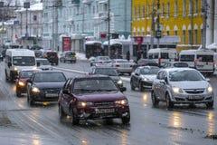 Voitures sur une rue à un centre de Riazan images libres de droits