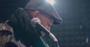 Vokalisten som sjunger sång i en mycket gammal dammig studio stock video
