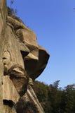 Volée des roches énormes avec la diverse croissance d'arbre Image stock
