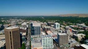 Vol à grande vitesse au-dessus d'une rue principale en Boise Idaho banque de vidéos