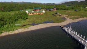 Vol aérien au-dessus d'un beau lac banque de vidéos