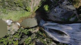 Vol aérien au-dessus de la cascade qui est dans Tivoli Italie Cascade en parc national par temps ensoleillé clips vidéos