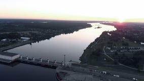 Vol aérien au-dessus de la centrale hydroélectrique sur la rivière de dvina occidentale à Riga dans le coucher du soleil égalisan clips vidéos