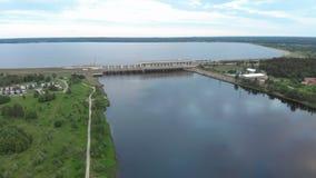 Vol aérien au-dessus de la centrale hydroélectrique sur la rivière de dvina occidentale à Riga le soir banque de vidéos