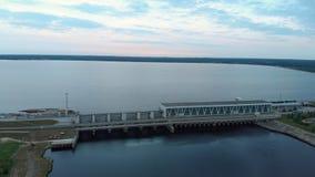 Vol aérien au-dessus de la centrale hydroélectrique sur la rivière de dvina occidentale à Riga le soir clips vidéos