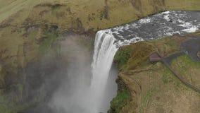 Vol aérien avec le bourdon au-dessus de la cascade célèbre en Islande banque de vidéos