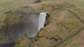 Vol aérien avec le bourdon au-dessus de la cascade célèbre en Islande clips vidéos