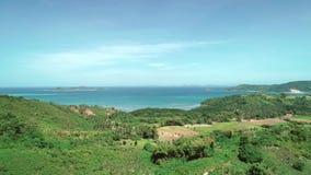 Vol aérien de bourdon au-dessus des montagnes couvertes de forêt tropicale le jour ensoleillé Baie tropicale de paradis avec de l clips vidéos