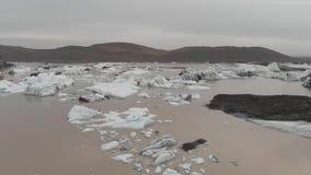 Vol aérien de bourdon au-dessus des morceaux d'iceberg fondant dans un beau concept d'aventure de glace clips vidéos