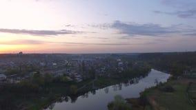 Vol aérien de bourdon au-dessus de secteur suburbain à la petite ville clips vidéos