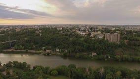 Vol aérien de bourdon au-dessus de secteur suburbain à la petite ville banque de vidéos
