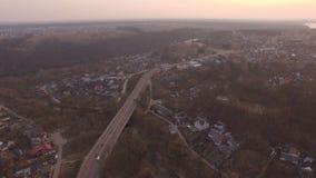 Vol aérien de bourdon au-dessus de secteur suburbain à la route de petite ville clips vidéos
