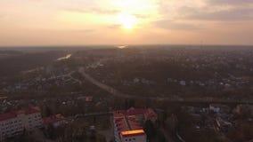 Vol aérien de bourdon au-dessus de secteur suburbain à la route de petite ville banque de vidéos